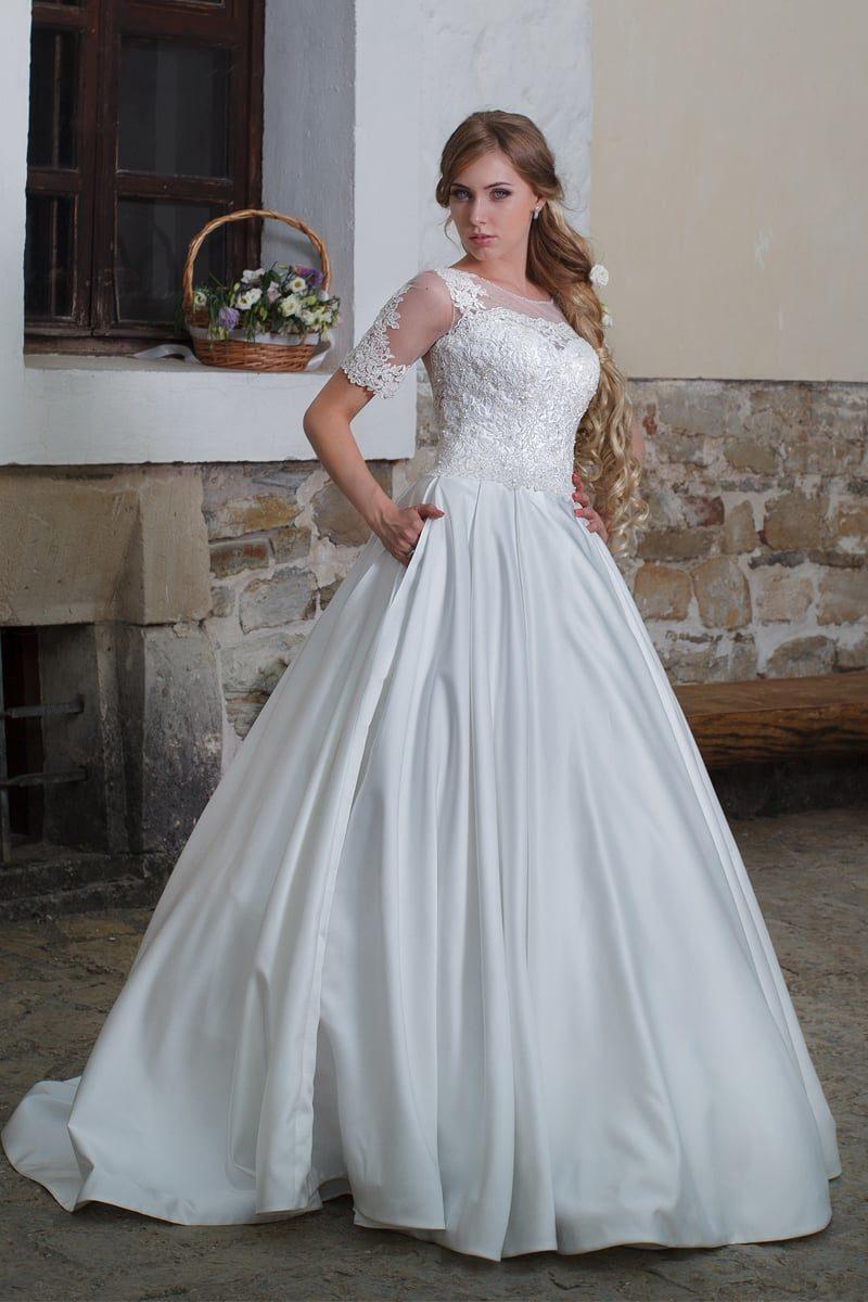 Атласное свадебное платье с короткими рукавами и облегающим кружевным корсетом.