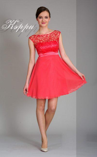 Короткое вечернее платье кораллового оттенка с завышенной талией и кружевным верхом.