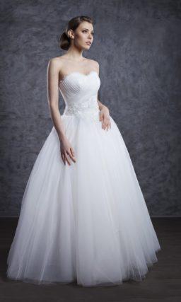 Классическое свадебное платье с лифом в форме сердца и пышной юбкой.