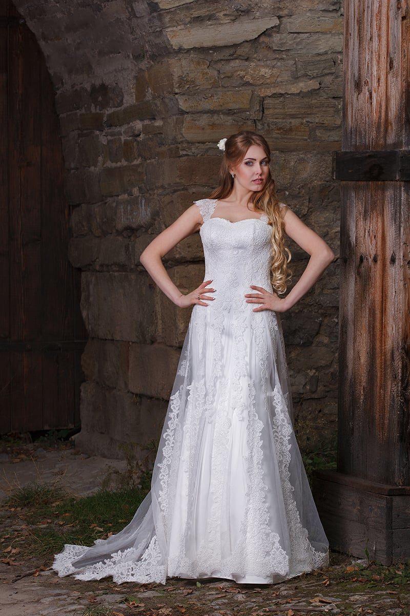 Кружевное свадебное платье с изящным шлейфом и открытым лифом с бретелями.
