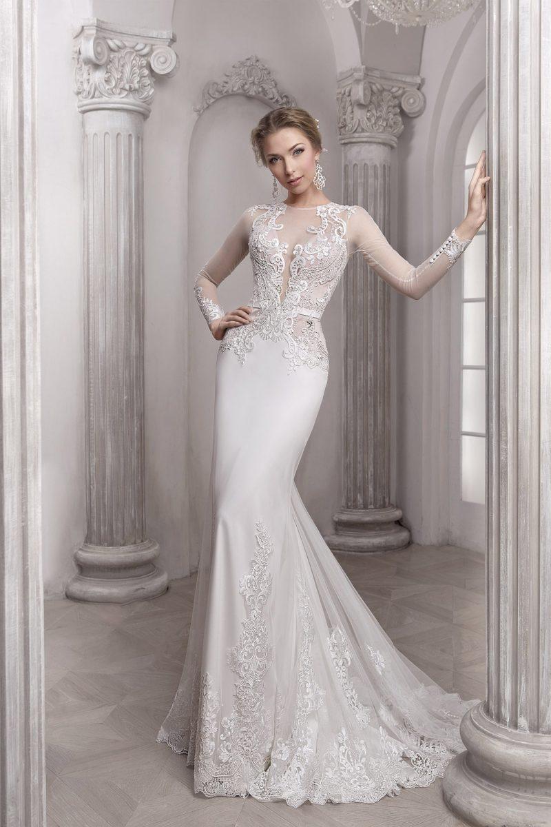 Облегающее свадебное платье «рыбка» с длинными рукавами и глубоким декольте.