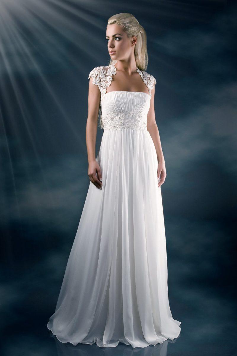 Прямое свадебное платье с кружевными бретелями и широким поясом с цветочным декором.