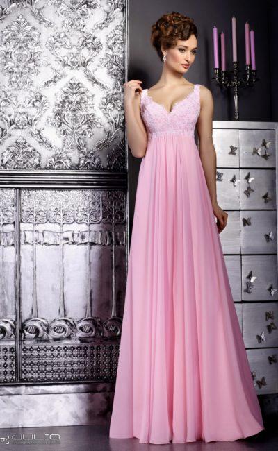 Розовое вечернее платье с завышенной талией и нежным кружевным верхом.