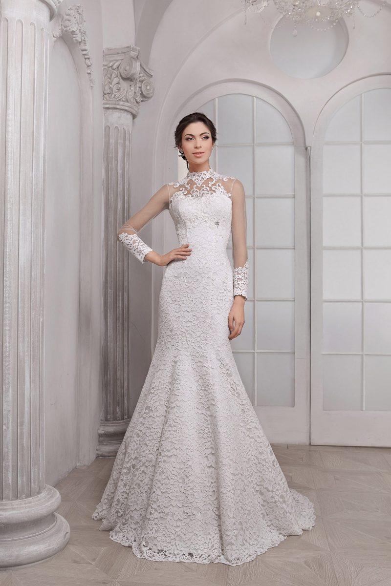 Кружевное свадебное платье кроя «русалка» с прозрачными рукавами и высоким воротником.