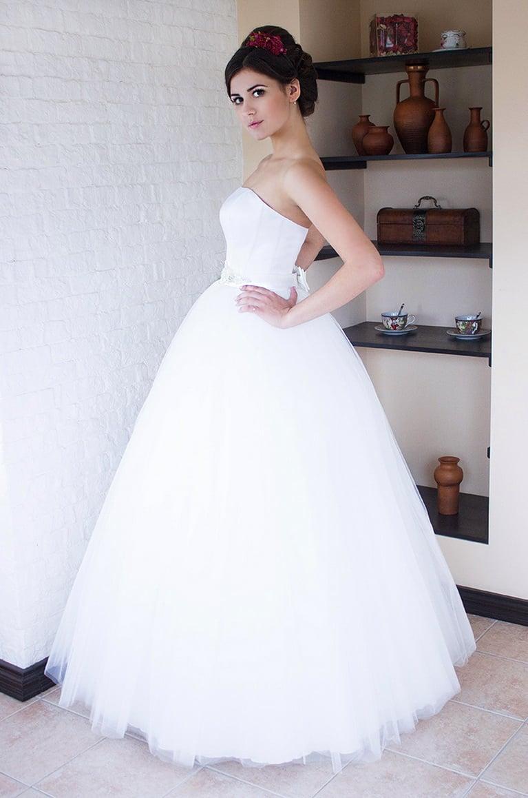 Пышное свадебное платье с широким поясом и кружевным болеро.