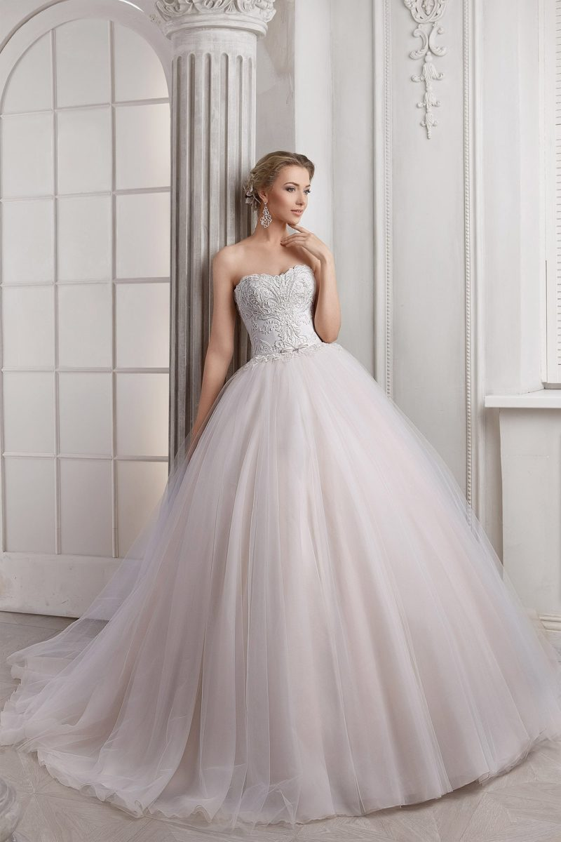 Роскошное свадебное платье с многослойной пышной юбкой и фактурным открытым корсетом.