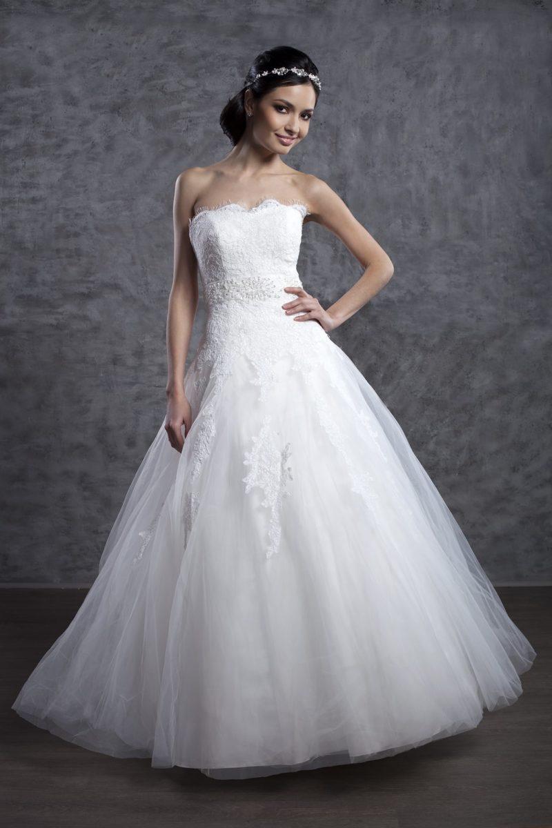 Свадебное платье с многослойным подолом А-силуэта и открытым лифом.