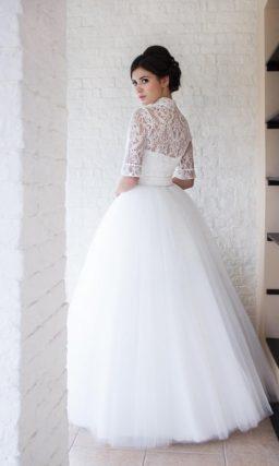 Пышное свадебное платье с острым воротником и рукавом до локтя.