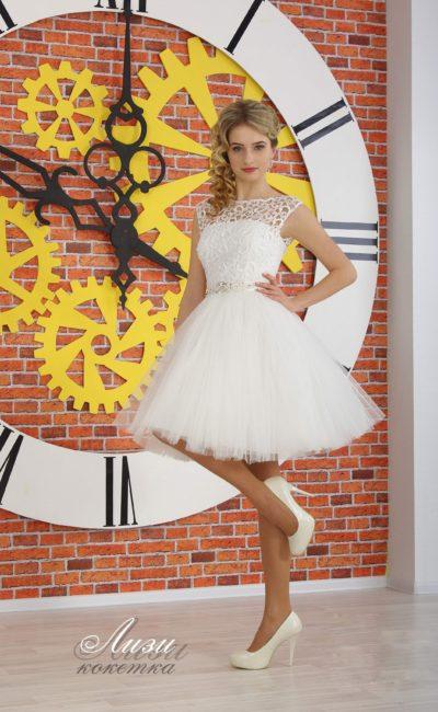 Романтичное вечернее платье белого цвета с кружевным верхом и пышной юбкой.