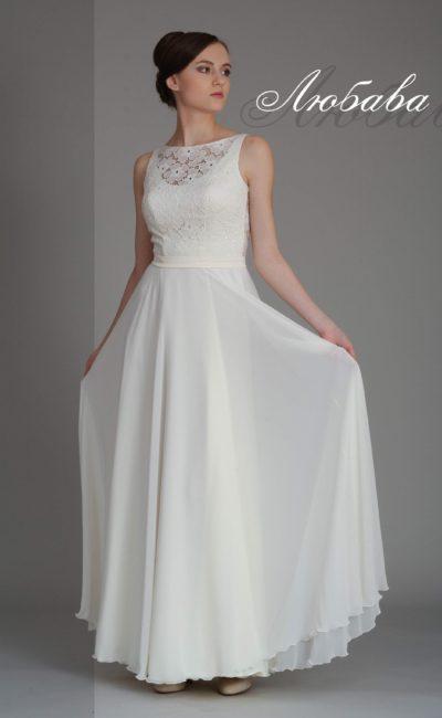 Белое вечернее платье прямого силуэта, декорированное кружевом с крупным узором.