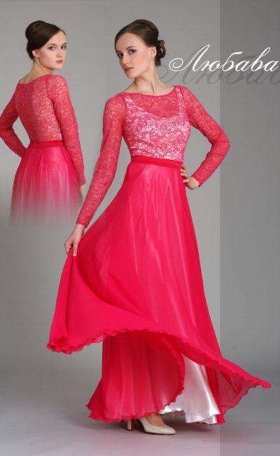 Прямое вечернее платье малинового цвета с длинными кружевными рукавами.