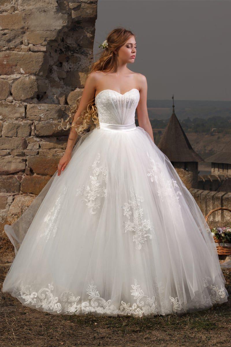 Роскошное свадебное платье с многослойной юбкой с кружевным декором и открытым лифом сердечком.