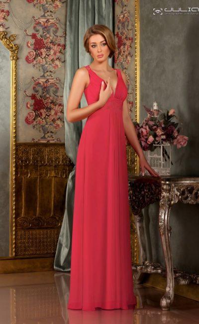 Прямое вечернее платье кораллового цвета с V-образным декольте.
