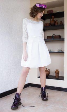 Свадебное платье с юбкой до колена и V-образным вырезом на спинке.