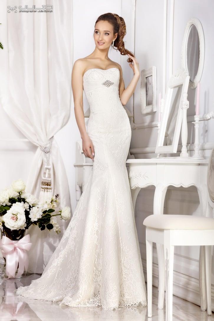 Кружевное свадебное платье «русалка» с серебристой вышивкой под лифом.