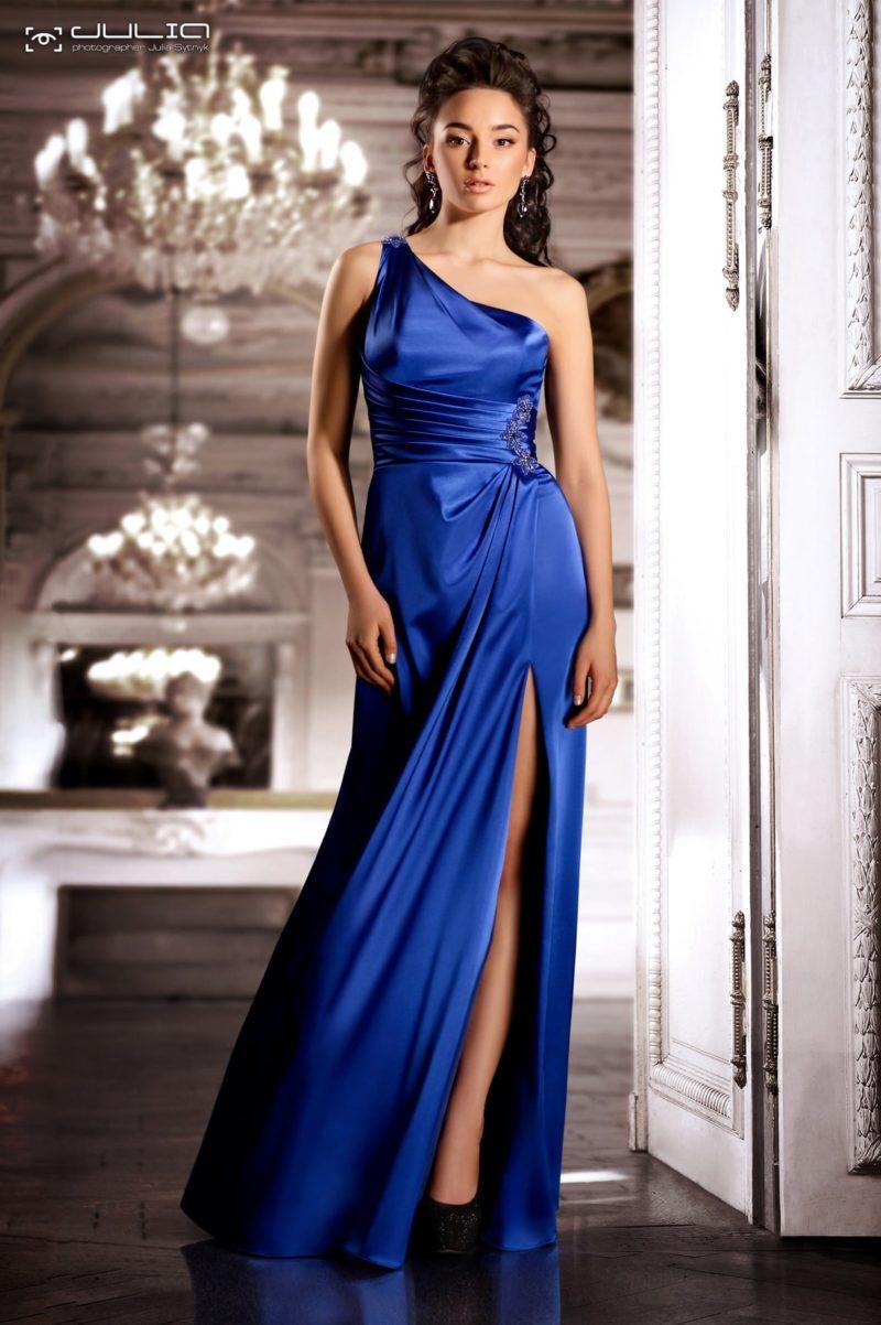 Атласное вечернее платье насыщенного синего цвета с разрезом на юбке.