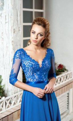 Синее вечернее платье с кружевным корсетом и разрезом на юбке прямого кроя.