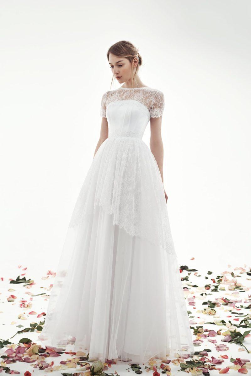 Пышное свадебное платье с коротким рукавом и длинной кружевной баской.