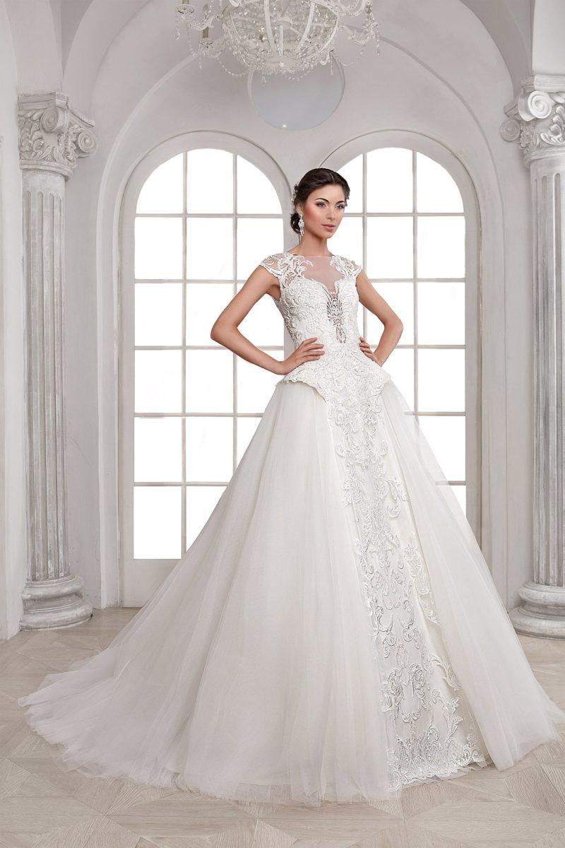 Великолепное свадебное платье А-кроя с фактурным декором подола и элегантным верхом.
