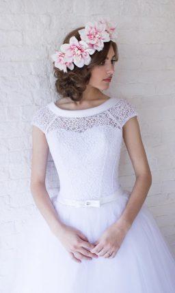 Свадебное платье чайной длины с элегантным атласным воротником.