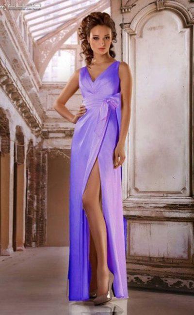 Яркое вечернее платье с V-образным лифом и разрезом на прямой юбке.
