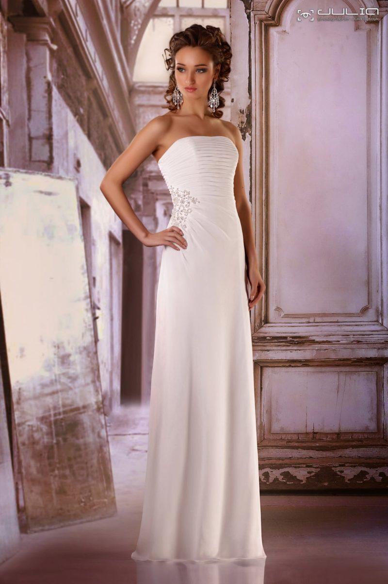 Прямое свадебное платье с эффектными драпировками на корсете и вышивкой сбоку.