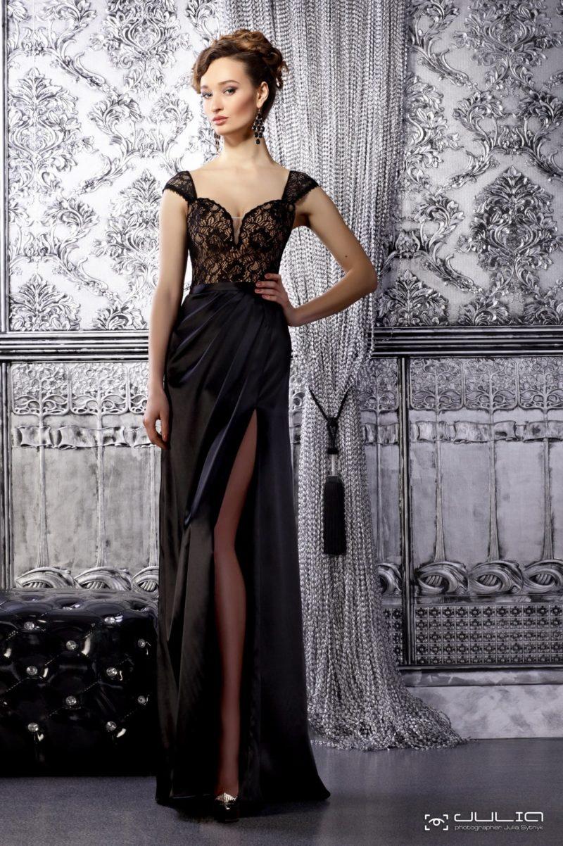 Черное вечернее платье с разрезом на юбке и кружевным корсетом.