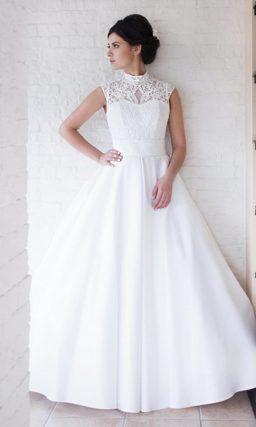 Пышное свадебное платье с закрытым кружевным верхом.