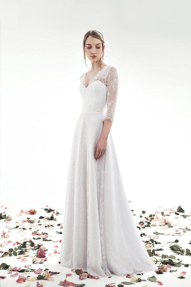 Свадебное платье А-силуэта с элегантным рукавом из тонкого кружева.