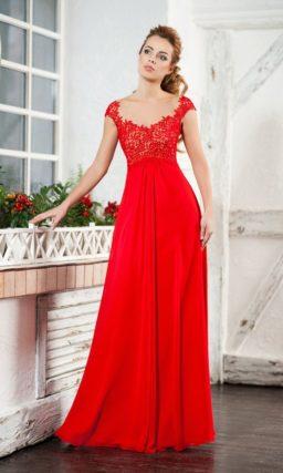 Прямое вечернее платье алого цвета в ампирном стиле.