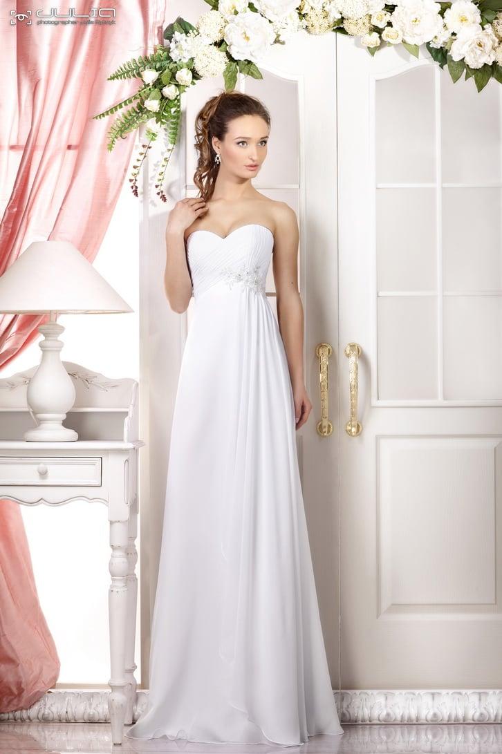 Прямое свадебное платье с открытым лифом в форме сердца и завышенной талией.