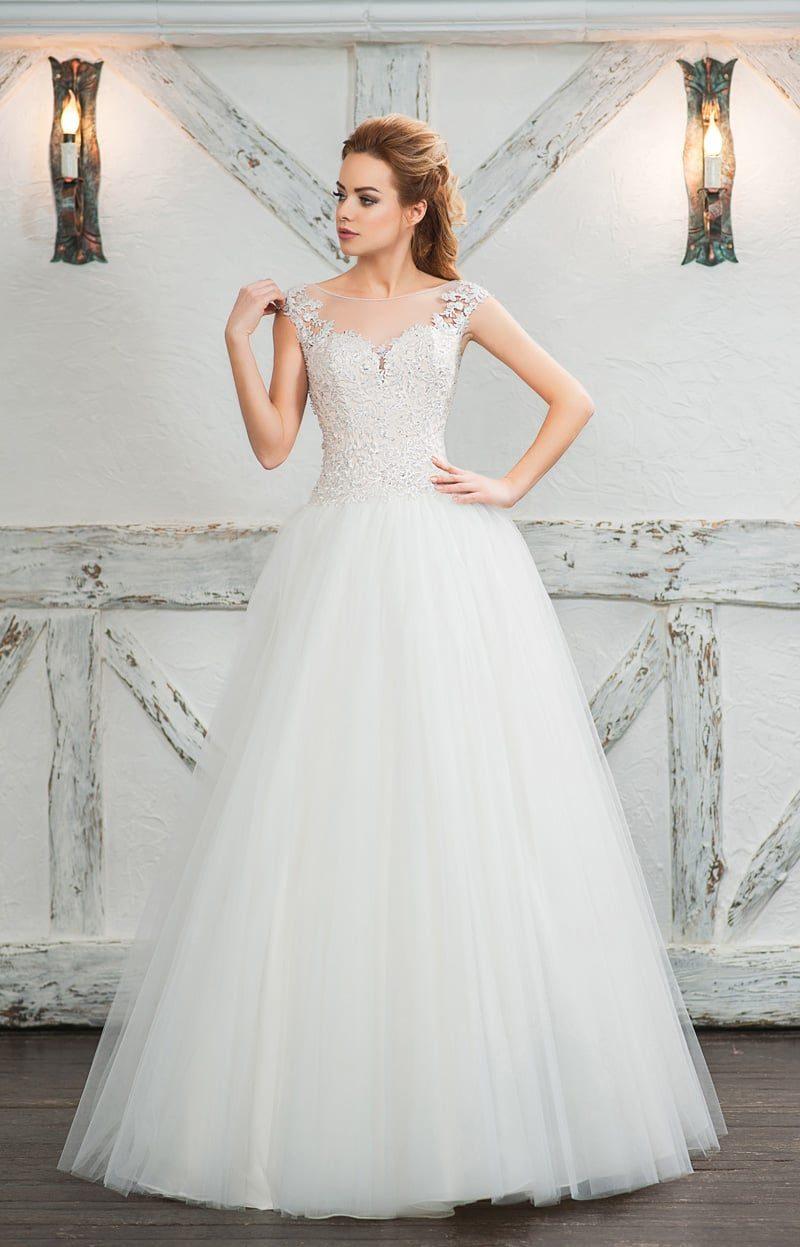 Свадебное платье с многослойной юбкой и кружевным декором корсета.