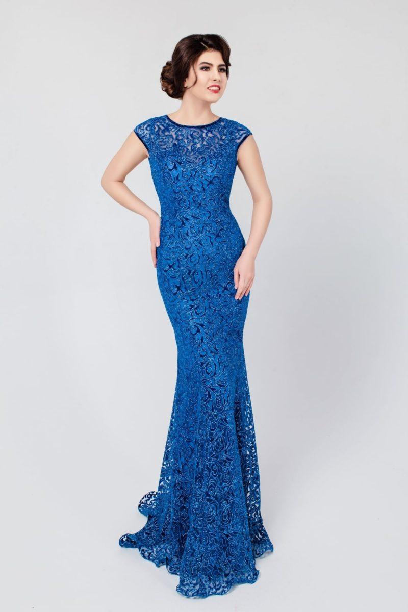 Гипюровое вечернее платье синего цвета с круглым вырезом на лифе и открытой спинкой.