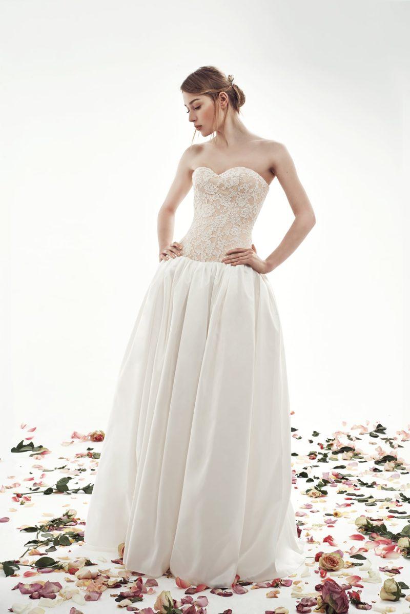 Свадебное платье с фактурной пышной юбкой и бежевым кружевным корсетом.