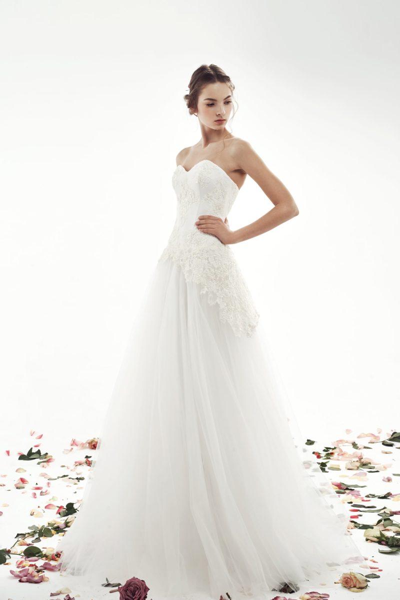 Свадебное платье с воздушной юбкой А-кроя и кружевом по корсету.