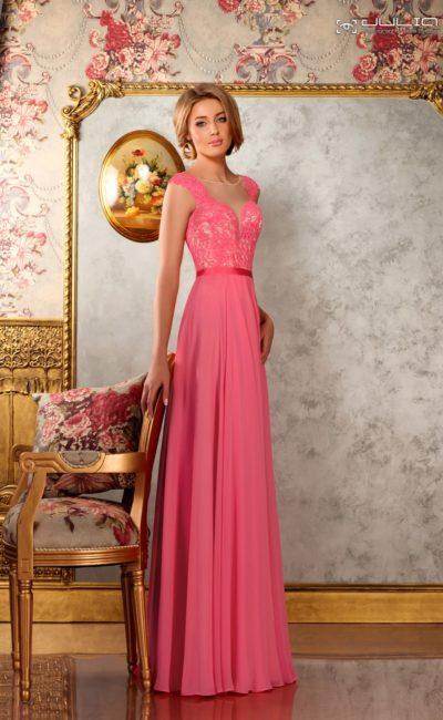 Коралловое вечернее платье прямого кроя с кружевным лифом.