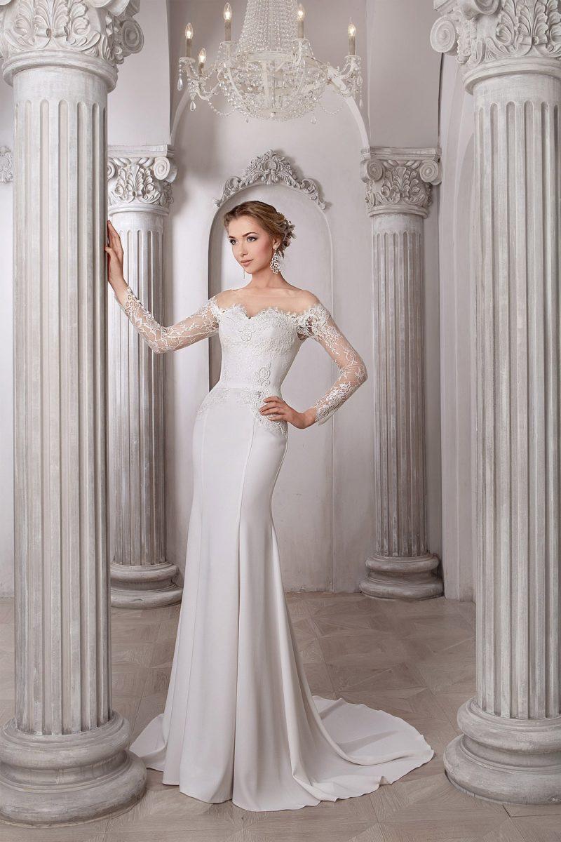 Лаконичное свадебное платье прямого кроя с фигурным кружевным вырезом декольте.