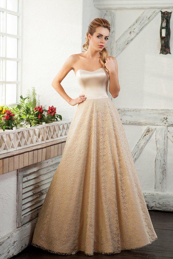 Открытое вечернее платье А-кроя с фактурным подолом.
