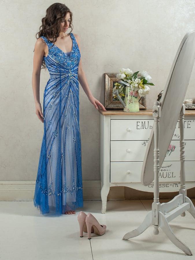 Прямое вечернее платье синего цвета с эффектной блестящей отделкой.