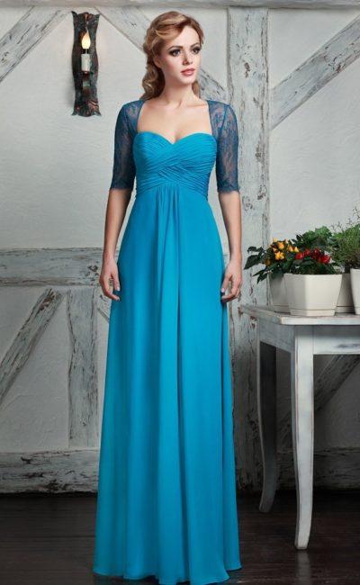 Прямое вечернее платье голубого цвета с синим кружевным болеро.