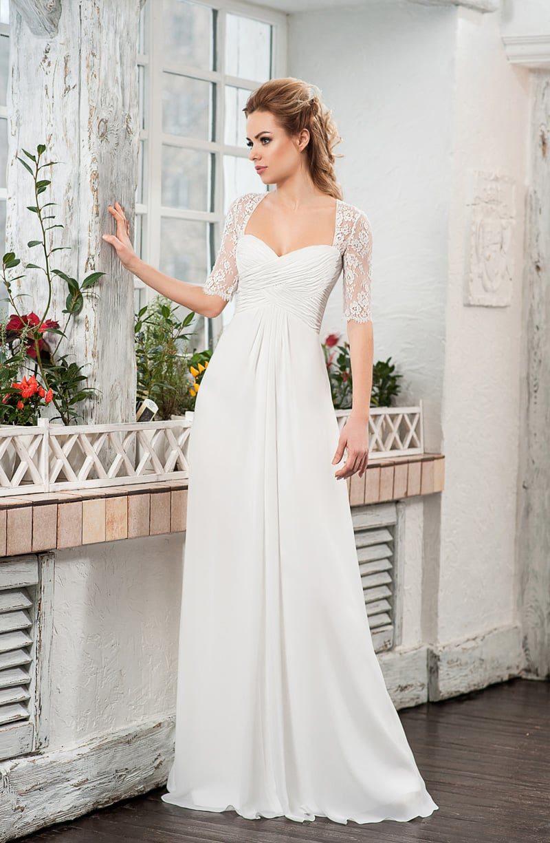 Сдержанное свадебное платье в ампирном стиле с коротким кружевным болеро.