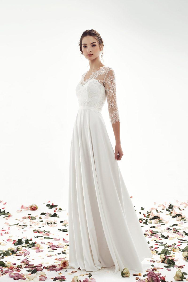 Прямое свадебное платье с рукавами ¾ и изящным поясом на естественной линии талии.