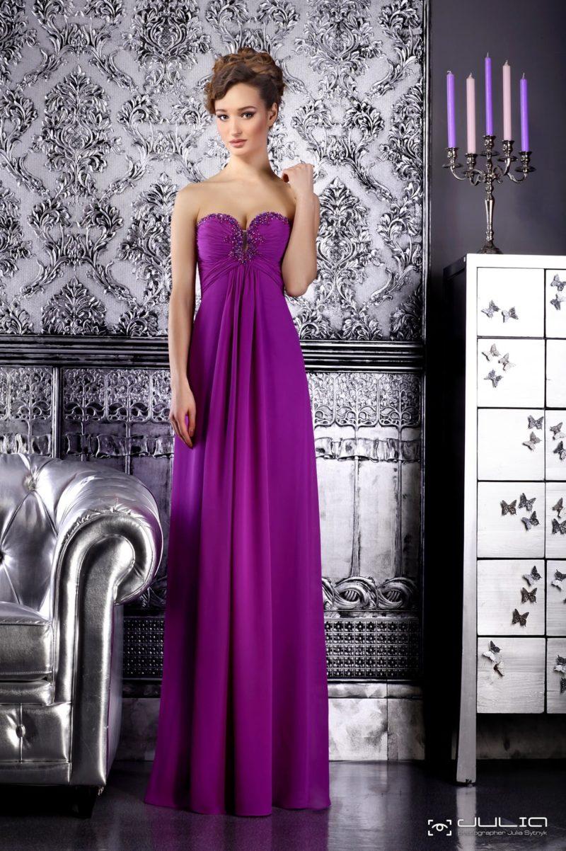 Сдержанное вечернее платье фиолетового цвета с классическим открытым декольте.