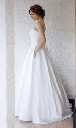 Элегантное свадебное платье с открытым лифом в форме сердца.