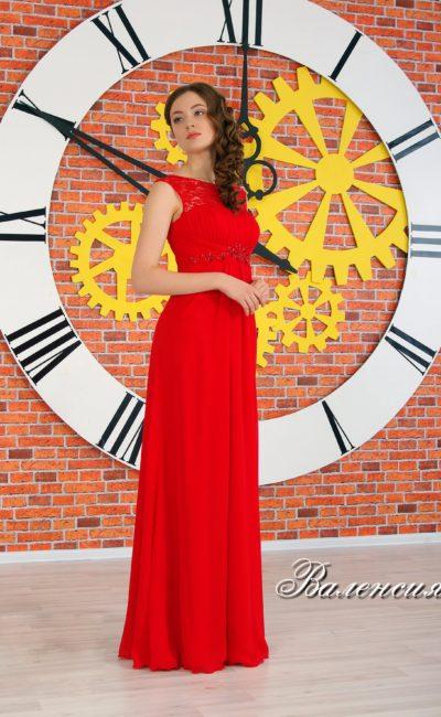 Элегантное вечернее платье прямого кроя с завышенной талией, выделенной вышивкой.