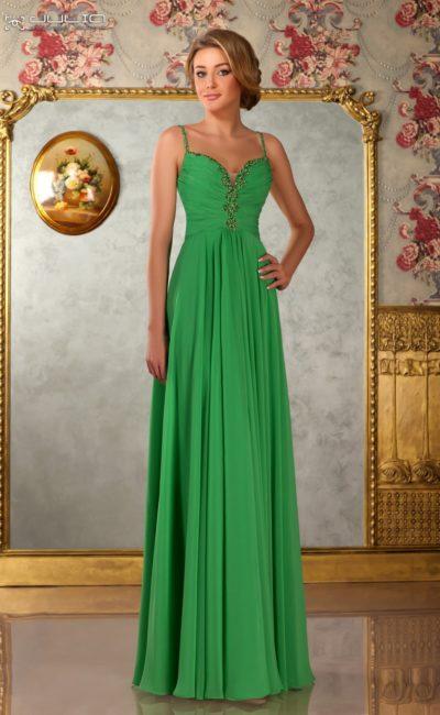Зеленое вечернее платье, изысканно украшенное по лифу бисером.