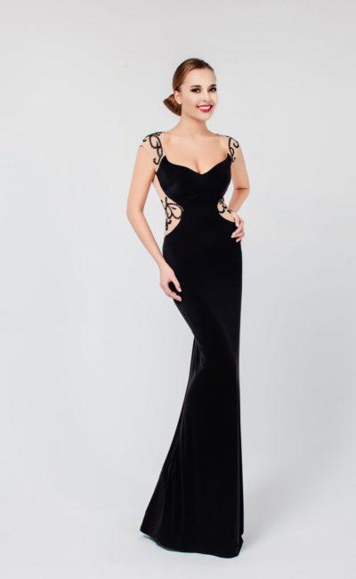 Вечернее платье с полупрозрачной спинкой и прямой юбкой, выполненное в роскошном черном цвете.