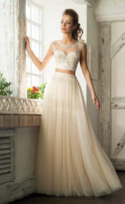 Золотистое вечернее платье с длинной юбкой и укороченным топом.