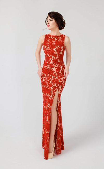 Облегающее вечернее платье из красно-бежевой ткани, дополненное чувственным разрезом.