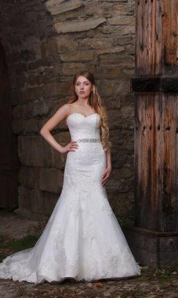 Женственное свадебное платье облегающего кроя, дополненное кружевным болеро с длинным рукавом.